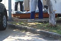 Rio de Janeiro (RJ), 01/05/2020 - Covid-19-Rio - Corpos são retirados de contêiner frigorífico e são colocados em caixões no hospital Hospital Municipal Ronald Gazolla, na zona norte do Rio de Janeiro, nesta sexta-feira (01).