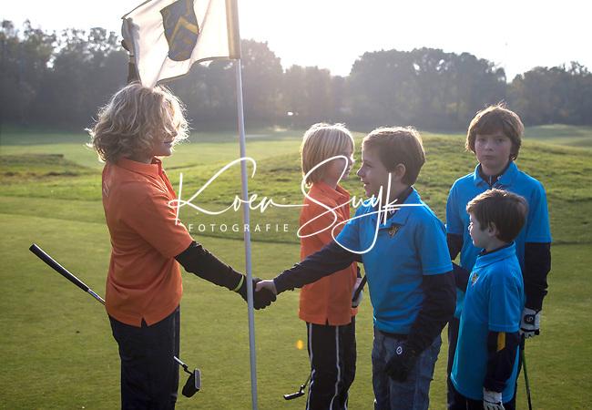 EEMNES - Shake hands, Finales National Golfsixes League, georganiseerd door PGA Holland. Houtrak, De Goyer, Midden Brabant en Nunspeetse.  Houtrak (blauw shirt) wint van De Goyer (oranje). COPYRIGHT KOEN SUYK
