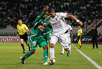 MANIZALES -COLOMBIA, 19-06-2013. César Augusto Arias (D) de Once Caldas disputa el balón con Yerson Candelo (I) del Deportivo Cali durante partido de la fecha 2 en los cuadrangulares finales de la Liga Postobón 2013-1 jugado en el estadio Palogrande de la ciudad de Manizales / Once Caldas' Player Cesar Augusto Arias (R) fights for the ball with Deportivo Cali  player Yerson Candelo (L) during match of the final quadrangular 2th date of Postobon  League 2013-1 at Palogrande  stadium in Manizales city. Photo: VizzorImage/JJ Bonilla/STR