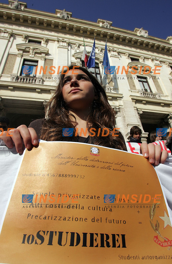 Manifestazione degli studenti contro la Riforma Gelmini della Scuola e del Precariato..Roma, 29 Ottobre 2010..Photo  Serena Cremaschi Insidefoto......