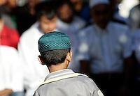 Un bambino musulmano alla preghiera dell'Eid-al-Fitr per celebrare la fine del Ramadan, in piazza Vittorio, Roma, 10 settembre 2010..A Muslim child takes part in the Eid-al-Fitr prayer marking the fasting month of Ramadan, in Rome, 10 september 2010. UPDATE IMAGES PRESS/Riccardo De Luca