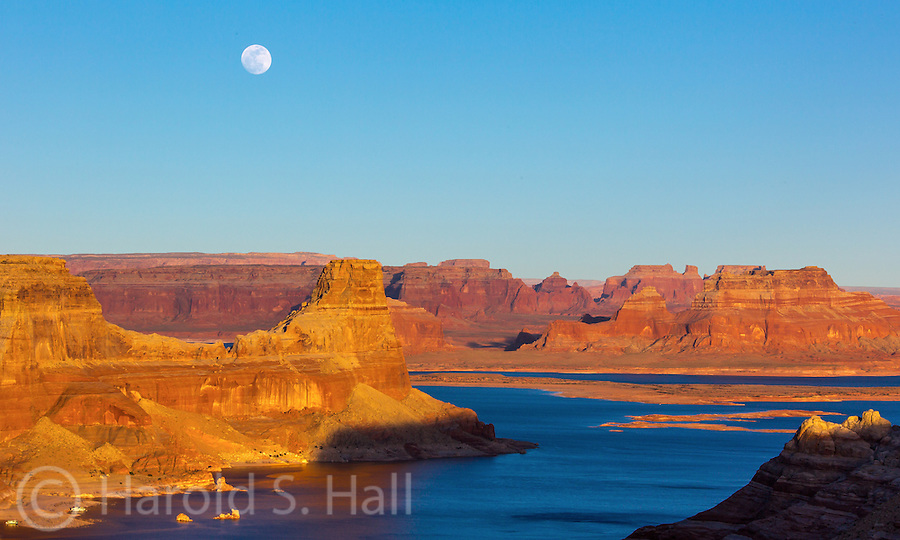 Alstrom Point is a great overlook at the end of a 20 mile drive in Lake Powell Utah.