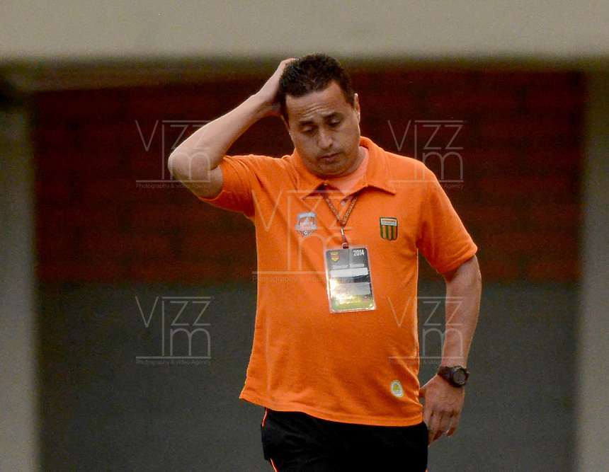ENVIGADO -COLOMBIA-27-09-2014. Juan Carlos Sanchez técnico de Envigado FC durante partido con Atlético Junior por la fecha 12 de la Liga Postobón II 2014 realizado en el Polideportivo Sur de la ciudad de Envigado./ Juan Carlos Sanchez coach of Envigado FC during match against Atletico Junior for the 12th date of the Postobon League II 2014 at Polideportivo Sur in Envigado city.  Photo: VizzorImage/Luis Ríos/STR