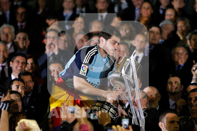 Real Madrid's Iker Casillas with the throphy of King's Cup 2001 Champion in presenco of Juan Carlos I de Borbon King of Spain.April 20,2011. (ALTERPHOTOS/Acero)