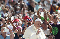 Papa Francesco saluta i fedeli al suo arrivo all'udienza generale del mercoledi' in Piazza San Pietro, Citta' del Vaticano, 12 settembre 2018.<br /> Pope Francis waves to faithful as he arrives to lead his weekly general audience in St. Peter's Square at the Vatican, on September 12, 2018.<br /> UPDATE IMAGES PRESS/Isabella Bonotto<br /> <br /> STRICTLY ONLY FOR EDITORIAL USE