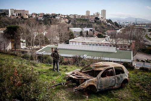Marseille, Fev 2014. un promeneur du GR 2013 dans le quartier de la cité consolat.