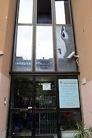 """Roma 12 Novembre 2014<br /> Tor Sapienza <br /> Assalto razzista in tarda serata al centro per richiedenti asilo in via giorgio Morandi.<br /> Un centinaio di persone incendiano cassonetti, tirano bombe carta e lanciano oggetti.<br /> Ingente dispiegamento di forze dell'ordine.<br /> La palazzina che accoglie il centro per rifugiati gestito dalla cooperativa """"un Sorriso"""" il giorno dopo l'assalto.<br /> Vetri rotti e pietre."""