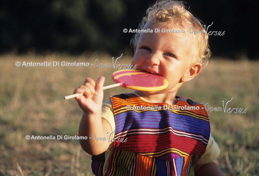 Bambina con lecca lecca. Girls with lollipops...