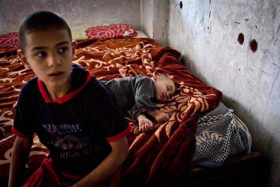 Gaza; Beit Hanoun: les enfants de Shady dorment et vivent dans ce qui reste de leur maison d&eacute;truite par les bombardements isra&eacute;liens. Le plus jeune a 6 mois.<br /> <br /> Gaza; Beit Hanoun: Shady's children live and sleep in what's left of their house destroyed by Israeli shelling. The youngest one is 6 months.