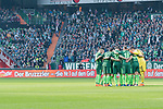 15.04.2018, Weser Stadion, Bremen, GER, 1.FBL, Werder Bremen vs RB Leibzig, im Bild<br /> <br /> Spielerkreis - hier Werder Bremen vor dem Spiel <br /> Maximilian Eggestein (Werder Bremen #35)<br /> Yuning Zhang (Werder Bremen #198<br /> Philipp Bargfrede (Werder Bremen #44)<br /> Jiri Pavlenka (Werder Bremen #1)<br /> Thomas Delaney (Werder Bremen #6)<br /> <br /> Bruzzler die Nr. 1 auf dem Grill Bandenwerbung Wiesenhof<br /> <br /> Foto &copy; nordphoto / Kokenge