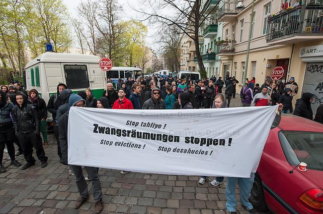 Zwangsraeumung in Berlin.<br />Am Freitag den 4. April lies ein Hausbesitzer in Berlin-Neukoelln einen Mieter durch Gerichtsvollzieherin und eine Hundertschaft der Polizie aus seiner Wohnung in der Wissmannstrasse zwangsraeumen.<br />Der Mieter konnte wegen verspaeteter Zahlungen des Jobcenters die Miete nicht rechtzeitig ueberweisen, das reichte dem Vermieter fuer eine Raeumungsklage.<br />Aus Protest gegen die Zwangsraeumung versammelten sich am Morgen des 4.4.2014 ca. 200 Menschen vor dem Haus um ihre Solidaritaet mit dem Betroffenen zu zeigen. Einige von ihnen setzten sich auf die Strasse und versuchten die Anfahrt der Gerichtsvollzieherin zu verhindern. Dies war zwecklos, da die Polizei die Gerichtsvollzieherin auf einem anderen Weg in das Haus brachte.<br />Im Anschluss an die erfolgreiche Zwangsraeumung gab es eine Spontandemonstration, bei der die Polizei mehrere Personen festnahm.<br />4.4.2014, Berlin<br />Copyright: Christian-Ditsch.de<br />[Inhaltsveraendernde Manipulation des Fotos nur nach ausdruecklicher Genehmigung des Fotografen. Vereinbarungen ueber Abtretung von Persoenlichkeitsrechten/Model Release der abgebildeten Person/Personen liegen nicht vor. NO MODEL RELEASE! Don't publish without copyright Christian-Ditsch.de, Veroeffentlichung nur mit Fotografennennung, sowie gegen Honorar, MwSt. und Beleg. Konto: I N G - D i B a, IBAN DE58500105175400192269, BIC INGDDEFFXXX, Kontakt: post@christian-ditsch.de]