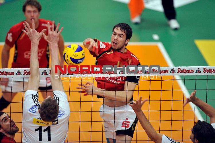DVV-Pokal 2009/2010  Achtelfinale / ZF Arena Friedrichshafen<br /> VfB Friedrichshafen vs. VC Bad Duerrenberg/Spergau 3 - 0<br /> <br /> Marcus Boehme (#11 VfB Friedrichshafen) - Peter Mayer (#11 VC Bad Duerrenberg/Spergau) - Idi (#16 VfB Friedrichshafen)<br /> <br /> Foto &not;&copy; nph ( nordphoto )<br /> <br />  *** Local Caption *** *** Local Caption *** <br /> Fotos sind ohne vorherigen schriftliche Zustimmung ausschliesslich f&radic;ľr redaktionelle Publikationszwecke zu verwenden.<br /> <br /> Auf Anfrage in hoeherer Qualitaet/Aufloesung