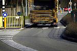 VIANEN - In Vianen wordt sinds kort op bijzondere wijze aandacht gevraagde voor de ligging van een zebrapad bij een school: met LED-verlichting in het wegdek. De door zonneenergie aangedreven en aangestuurde lampjes reageren op de komst van een auto en gaan als waarschuwing rustig knipperen. Om als automobilist te genieten van dit schouwspel en waarschuwing dient zacht gereden te worden omdat de lampjes laat en traag reageren. Vanaf het noorden blijkt het knipperen nauwelijks zichtbaar te zijn, omdat een bocht het zicht op de lampjes en het zebrapad belemmert. COPYRIGHT TON BORSBOOM