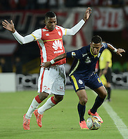 BOGOTÁ -COLOMBIA, 21-03-2015. Miguel Borja (Izq.) jugador de Independiente Santa Fe disputa el balón con James Sanchez (Der.) jugador de Uniautonoma, durante partido por la fecha  11 entre Independiente Santa Fe y Uniautonoma de la Liga Aguila I-2015, en el estadio Nemesio Camacho El Campin de la ciudad de Bogota. / Miguel Borja (L) player of Independiente Santa Fe struggles for the ball with James Sanchez (R) player of Uniautonoma, during a match of the 11 date between Independiente Santa Fe and Uniautonoma for the Liga Aguila I -2015 at the Nemesio Camacho El Campin Stadium in Bogota city. Photo: VizzorImage/ Gabriel Aponte / Staff