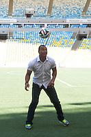 RIO DE JANEIRO, RJ, 23.01.2014 - Cafú brinca com a bola ofiical no gramado do Maracanã após o anúncio de quem interpretará a música oficial da Copa do Mundo. (Foto. Néstor J. Beremblum / Brazil Photo Press)