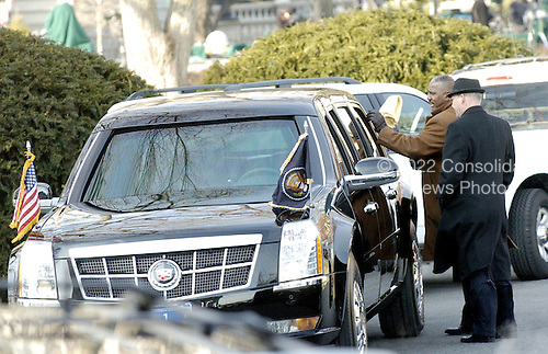 Washington, DC - January 20, 2009 -- An unidentified man shines the windows of the presidential limo as it sits in the motorcade in the White House driveway, on Tuesday, January 20, 2009, in Washington, DC.  .Credit: Leslie Kossoff - Pool via CNP