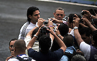 BARRANQUILLA, COLOMBIA - 21-03-2013: Radamel Falcao García (Izq.), jugadores de la Selección Colombia da declaraciones a la prensa durante entreno en Barranquilla, marzo 21 de 2103. El equipo colombiano se prepara en Barranquilla para los partidos contra Bolivia el 22 de marzo y Venezuela el 26 de marzo, partidos clasificatorios a la Copa Mundial de la FIFA Brasil 2014. (Foto: VizzorImage / Luis Ramírez / Staff). Radamel Falcao Gracia (L), player of the Colombian national team speaks with the media during a training session in Barranquilla on March 21, 2012. The Colombia team prepares for the games against Bolivia next March 23 and Venezuela on March 26, games qualifying for the FIFA World cup Brazil 2014. (Photo: VizzorImage / Luis Ramirez/ Staff)