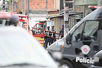 AMERICANOPOLIS, SP, 13 DE FEVEREIRO DE 2013 - COTIDIANO 2013 -A polícia cercava um atirador em Diadema, na Grande São Paulo, na manhã desta quarta-feira (13). Segundo as primeiras informações, no final da noite desta terça-feira (12), ele havia feito várias pessoas reféns dentro de uma casa. A informação foi negada pela Polícia Militar por volta das 7h. Segundo a PM, a residência estava fechada e vazia. O Homem indentificado com Adonis Duarte de Lima de 38 anos   (FOTO: ADRIANO LIMA / BRAZIL PHOTO PRESS).