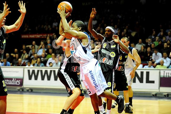 basketbal capitals - magixx seizoen 2008-2009 20-01-2009     toery thmas vangt de bal.