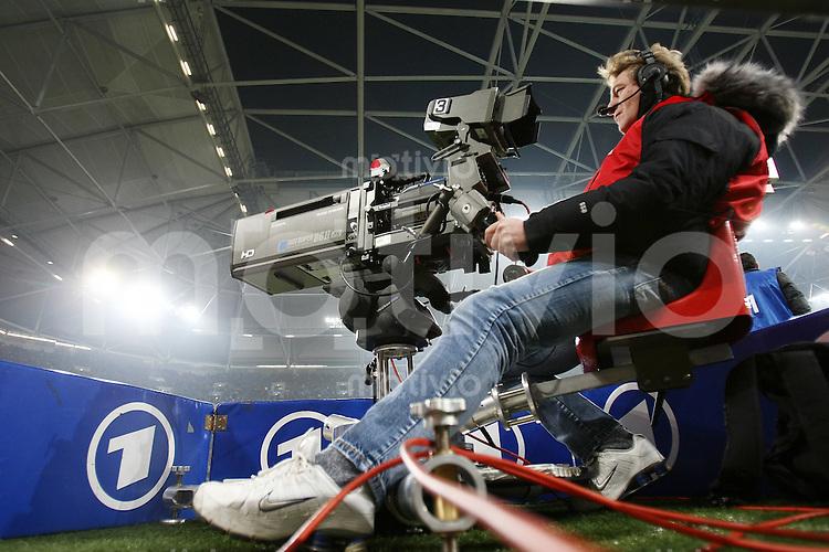 FUSSBALL     1. BUNDESLIGA/DFB POKAL     SAISON 2007/2008 Kameramann bedient eine ARD TV-Kamera am Spielfeldrand anlaesslich der DFB-Pokal Begegnung Wuppertaler SV - FC Bayern Muenchen am 29.01.2007 in der Veltins Arena