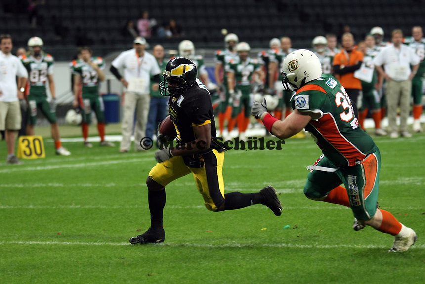 David McCants (Berlin) setzt sich durch<br /> German Bowl XXXI Berlin Adler vs. Kiel Baltic Hurricanes, Commerzbank Arena *** Local Caption *** Foto ist honorarpflichtig! zzgl. gesetzl. MwSt. Auf Anfrage in hoeherer Qualitaet/Aufloesung. Belegexemplar an: Marc Schueler, Alte Weinstrasse 1, 61352 Bad Homburg, Tel. +49 (0) 151 11 65 49 88, www.gameday-mediaservices.de. Email: marc.schueler@gameday-mediaservices.de, Bankverbindung: Volksbank Bergstrasse, Kto.: 151297, BLZ: 50960101