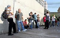 ATENÇÃO EDITOR: FOTO EMBARGADA PARA VEICULO INTERNACIONAL - SÃO PAULO, SP, 07 OUTUBRO 2012 - ELEIÇÕES SÃO PAULO 2012 – O eleitor comparecendo logo cedo para votar na escola Roosevelt na Liberdade região central  da capital paulista nesse domingo, 07. (FOTO: LEVY RIBEIRO - BRAZIL PHOTO PRESS)