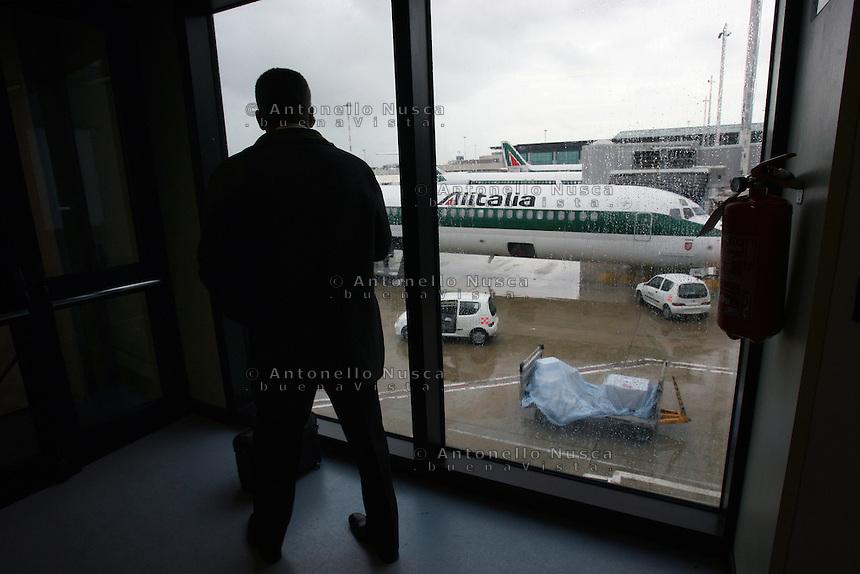 Un aereo dell'Alitalia all'aeroporto di Roma Fiumicino