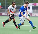 AMSTELVEEN - Lars Balk (Kampong) met Valentin Verga (A'dam) tijdens  de  eerste finalewedstrijd van de play-offs om de landtitel in het Wagener Stadion, tussen Amsterdam en Kampong (1-1). Kampong wint de shoot outs.  . COPYRIGHT KOEN SUYK