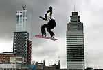 Nederland, Rotterdam, 09-10-2005. Snowboarden aan de Maas. Snowboarders halen spectaculaire stunts uit, met Rotterdamse skyline als achtergrond. foto Michael Kooren.