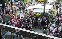 RIO DE JANEIRO, RJ, 16.12.2013 - JULGAMENTO PORTUGUESA - Enquanto o julgamento da Portuguesa acontece no STJD torcedores do Fluminense e da Portuguesa se concentram em frente ao STJD para acompanhar o julgamento, e aproveitam para provocarem uns aos  outros, nessa segunda 16. (Foto: Levy Ribeiro / Brazil Photo Press)