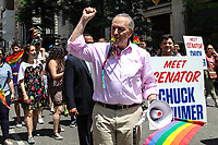 NEW YORK, EUA, 25.06.2017 - PARADA-NEW YORK - Senador Chuck Schumer durante a Parada do Orgulho LGBT na cidade de New York nos Estados Unidos neste domingo, 25. (Foto: Vanessa Carvalho/Brazil Photo Press)