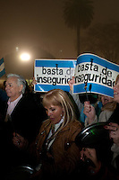 """BUENOS AIRES, ARGENTINA, 20 JUNHO 2012 -  MANIFESTACAO BUENOS AIRES - Cerca de 2000 pessoas manifestaram-se na Plaza de Mayo contra Cristina Fernández de Kirchner batendo panelas e potes, em que é chamado de """"cacerolazo"""", uma forma de protesto popularizado durante a crise de 2001 na Argentina.FOTO> PATRICIO MURPHY - BRAZIL PHOTO PRESS"""