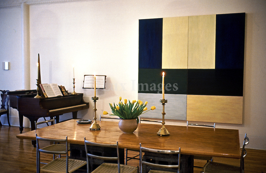 The painter Mary Obering, bought in 1974 an entire floor of a building on Wooster Street in the heart of Soho in New York, which was transformed in to a house and studio without changing the existing architecture.