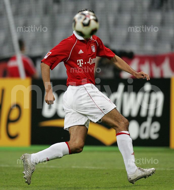 Fussball Ligapokal 2005 Halbfinale FC Bayern Muenchen 1-2 VfB Stuttgart Roy Makaay (FCB) mit Ball vor dem kopf, FC B Kopflos