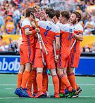 Den Bosch  -  Jip Janssen (Ned) scoort uit een strafcorner  en viert het met de anderen   tijdens   de Pro League hockeywedstrijd heren, Nederland-Belgie (4-3).    COPYRIGHT KOEN SUYK