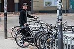 02.11.2018, Weserstadion, Bremen, GER, 1.FBL, Training SV Werder Bremen<br /> <br /> im Bild<br /> Davy Klaassen (Werder Bremen #30) kommt mit Fahrrad / Hollandrad zum Training, <br /> <br /> Foto © nordphoto / Ewert