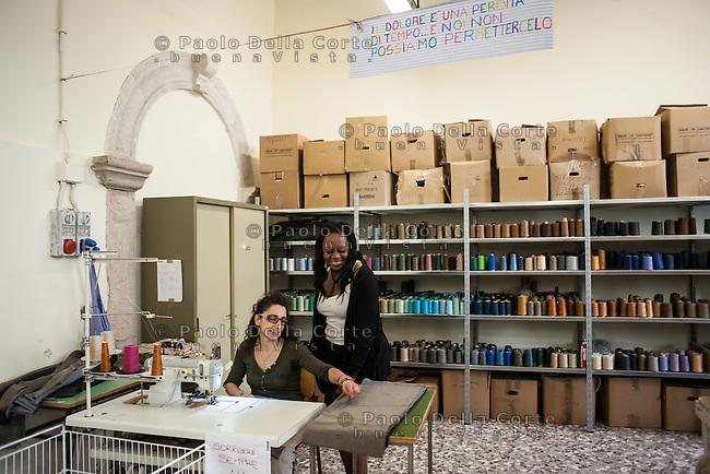 """Trani - Carcere femminile. La sartoria dove le detenute lavorano al marchio """"Made in Carcere"""". Dorah IIunga, a dx,  è venuta dal Bruxelles perchè una famosa griffe di moda è interessata a collaborare con la sartoria. Lei seguirà la produzione."""