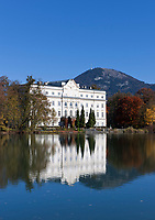 Oesterreich, Salzburger Land, Salzburg, Leopoldskroner Weiher mit Schloss Leopoldskron und dem Gaisberg | Austria, Salzburger Land, Salzburg, Leopoldskron Pond with Palace Leopoldskron and Gaisberg mountain