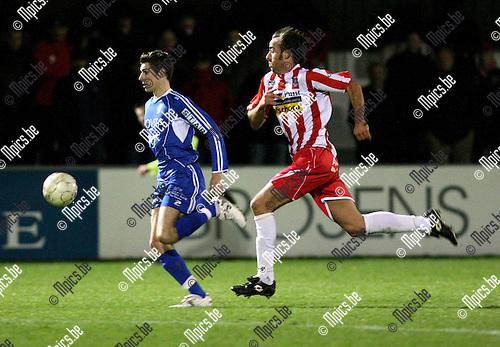 2009-11-14 / Voetbal / seizoen 2009-2010 / Hoogstraten VV - Coxyde / Kurt Rombouts (Hoogstraten) probeert bezoeker Nils Sarrazyn af te stoppen...foto: mpics