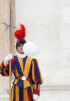 Una Guardia Svizzera osserva la papalina di Papa Francesco volata via per una raffica di vento durante l'udienza generale del mercoledi' in Piazza San Pietro, Citta' del Vaticano, 7 settembre 2016.<br />