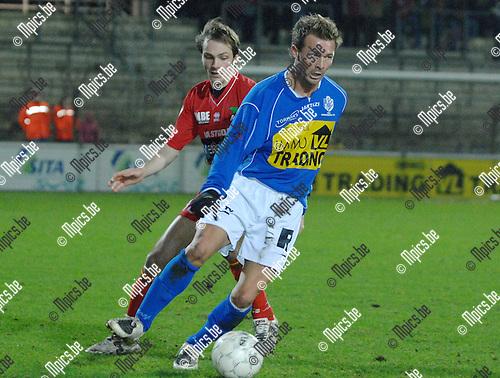 2008-01-26 / Voetbal / K.F.C. Verbroedering Geel - K.V. Oostende / Zijad Jusic van Geel met Lars Wallaeys van Oostende in de rug..Foto: Maarten Straetemans (SMB)