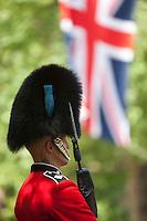 United Kingdom, London: Trooping the Colour, Irish Guard and Union flag along The Mall | Grossbritannien, England, London: Trooping the Colour, alljaehrliche Militaerparade am zweiten Samstag im Juni zu Ehren des Geburtstages der britischen Koenige und Königinnen, irischer Gardist und der Union Jack at The Mall