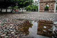 La Fachada de la iglesia que fue rescatada de la presa del Novillo en la plaza de las tres culturas conformada por los pueblos  Soaqui, Tepupa y Batuc. Reflejo en un charco de  agua de la lluvia .