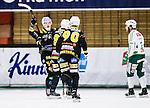 V&auml;ster&aring;s 2015-01-11 Bandy Elitserien V&auml;ster&aring;s SK  - Broberg S&ouml;derhamn :  <br /> Broberg S&ouml;derhamns Martin S&ouml;derberg jublar med lagkamrater Jonas Engstr&ouml;m och Stefan Larsson efter sitt 6-3 m&aring;l under matchen mellan V&auml;ster&aring;s SK  och Broberg S&ouml;derhamn <br /> (Foto: Kenta J&ouml;nsson) Nyckelord:  Bandy Elitserien ABB Arena Syd V&auml;ster&aring;s SK VSK Broberg S&ouml;derhamn jubel gl&auml;dje lycka glad happy