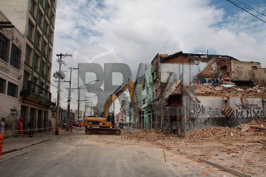 SÃO PAULO, 18 DE JANEIRO DE 2012 - CRACOLANDIA - DEMOLIÇÃO DOS CURTIÇOS - Prefeitura deu inicio a demolição dos cortijos da cracolandia na manhã desta  desta quarta-feira (18) na região central de São Paulo. (FOTOS: AMAURI NEHN/NEWS FREE)
