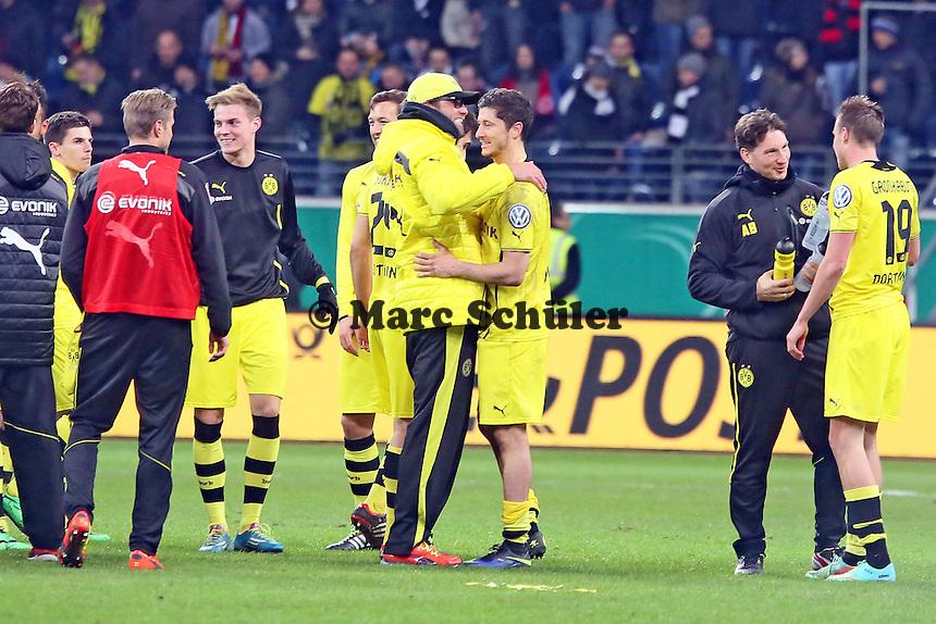 Trainer Juergen Klopp mit Robert Lewandowski (BVB) - Eintracht Frankfurt vs. Borussia Dortmund, DFB-Pokal Viertelfinale