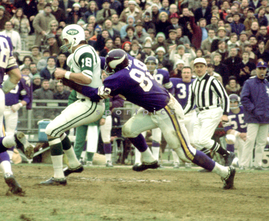 Minnesota Vikings Alan Page (88) during a game against the New York Jets on November 29, 1970 at Shea Stadium in Flushing, New York. The New York Jets  beat the Minnesota Vikings 20-10.  Alan Page played for 16 years with 2 different teams was a 9-time Pro Bowler and was inducted to the Pro Football Hall of Fame in 1988.(SportPics)