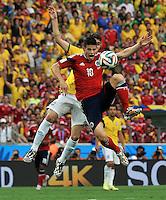FORTALEZA - BRASIL -04-07-2014. James Rodriguez (#10) jugador de Colombia (COL) disputa un balón con Oscar (#11) jugador de Brasil (BRA) durante partido de los cuartos de final por la Copa Mundial de la FIFA Brasil 2014 jugado en el estadio Castelao de Fortaleza./ James Rodriguez (#10) player of Colombia (COL) fights the ball with Oscar (#11) player of Brazil (BRA) during the match of the Quarter Finals for the 2014 FIFA World Cup Brazil played at Castelao stadium in Fortaleza. Photo: VizzorImage / Alfredo Gutiérrez / Contribuidor