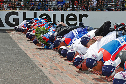 Verizon IndyCar Series<br /> Indianapolis 500 Race<br /> Indianapolis Motor Speedway, Indianapolis, IN USA<br /> Sunday 28 May 2017<br /> Takuma Sato, Andretti Autosport Honda kisses the bricks with his team<br /> World Copyright: Phillip Abbott<br /> LAT Images<br /> ref: Digital Image abbott_indyR_0517_34171