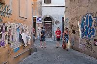 Turisti tra i vicoli di Trastevere
